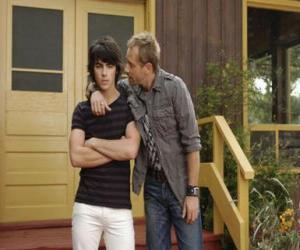 Puzle Shane (Joe Jonas) com seu tio Brown Cessario (Daniel Fathers) proprietário de Camp Rock