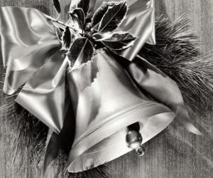 Puzle Sino de Natal decorado com folhas de azevinho e uma fita com um grande arco