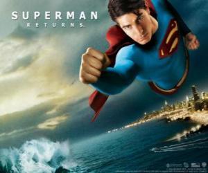 Puzle Superman voando pelo céu, punhos cerrados e seu terno com a capa