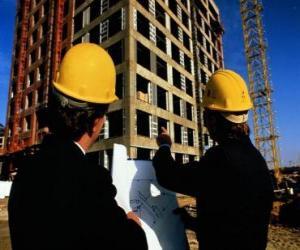 Puzle Técnico que consulta um plano das obras de construção  - Arquiteto, engenheiro ou aparelhador