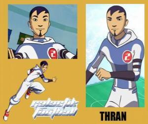 Puzle Thran é defesa da equipa de futebol galáctico Snow-Kids com número 2