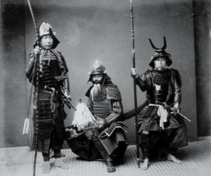 Puzle Três autênticos guerreiros samurais, com a armadura, o capacete kabuto  e armados