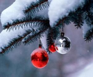 Puzle Três bolas Natal pendurados em árvore