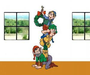 Puzle Três elfos do Papai Noel pendurar uma guirlanda de Natal