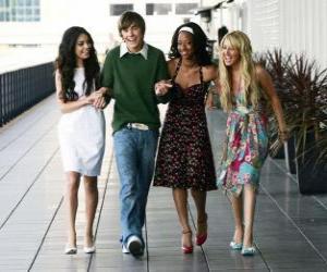 Puzle Troy Bolton (Zac Efron), com seus amigos Gabriella Montez (Vanessa Hudgens), Taylor (Monique Coleman) e Sharpay Evans (Ashley Tisdale)