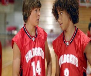 Puzle Troy Bolton (Zac Efron) e Chad (Corbin Bleu),  com camisa Wildcats