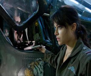 Puzle Trudy Chacon, um piloto Marine Corps que se torna um renegado.