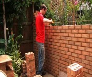Puzle Um pedreiro que levanta uma parede