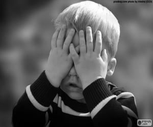 Puzle Uma criança cobrindo os olhos