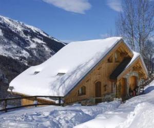 Puzle Uma moradia de montanha feita de madeira