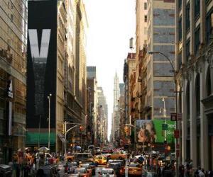 Puzle Uma rua na cidade de Nova York, com edifícios altos e arranha-céus