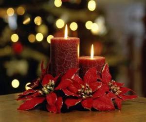 Puzle velas acesas como uma peça central decorado com flores de Natal