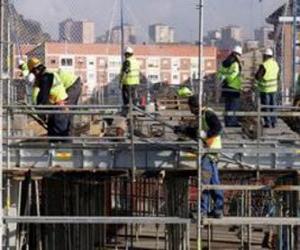 Puzle Visão geral de uma casa em construção com diferentes operadores que trabalham