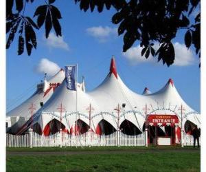 Puzle Vista exterior das grandes tendas dum circo preparado pela apresentação o pela função